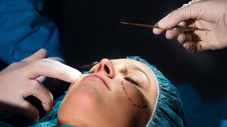 Muss die Krankenversicherung kosmetische Operationen bezahlen?